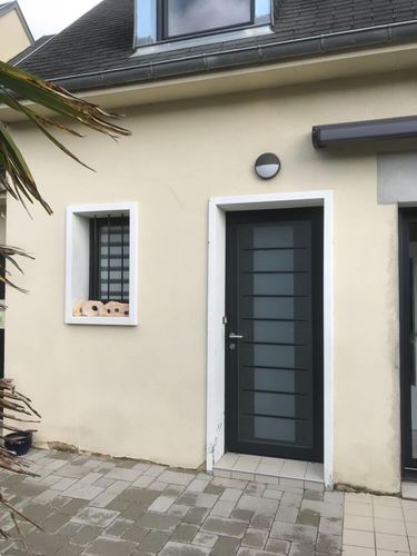 Pose d une porte de garage sectionnelle et d une porte d entr e en alu avranches la manche - Poser une porte d entree en renovation ...